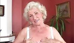 Amateur granny flaunts wet pussy